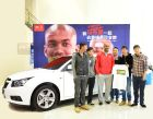 Stephon Marbury takes photos with Chevrolet Cruze hatchback owners before going to Yunnan to teach.