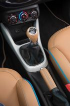 Opel ADAM ROCKS Concept - neon-blue piping of gear shift lever