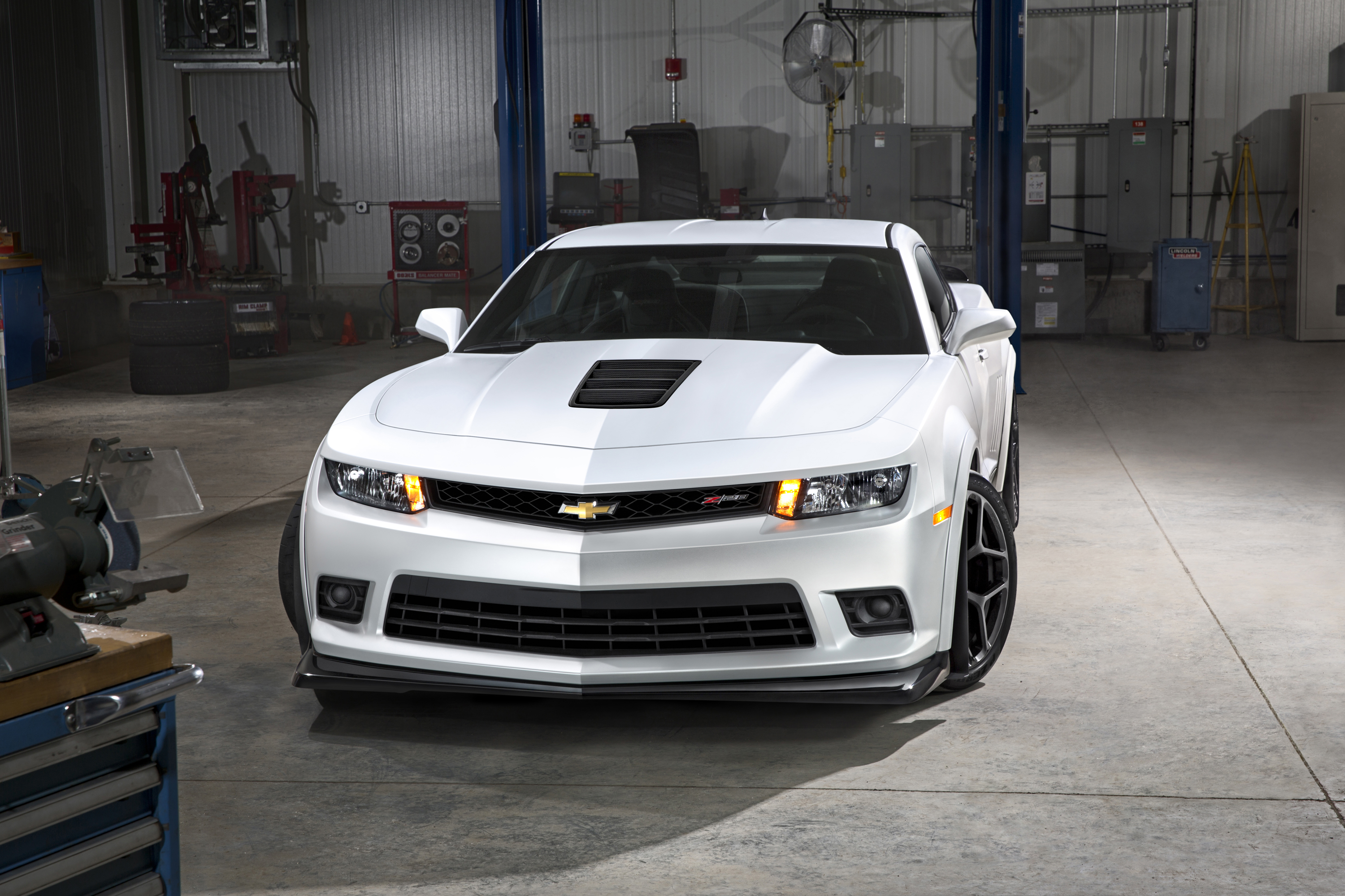 and camaro car guides motoring news reviews chevrolet middle guidesmotoring buying review ss east